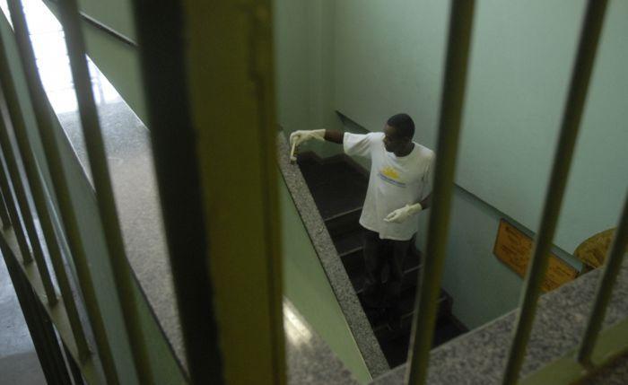 Condenado a 12 anos de prisão, Taiguara Neves da Silva, de 38 anos, saiu do regime fechado há mais de um ano, mas ainda não conseguiu de volta o emprego como soldador industrial - Agência Brasil