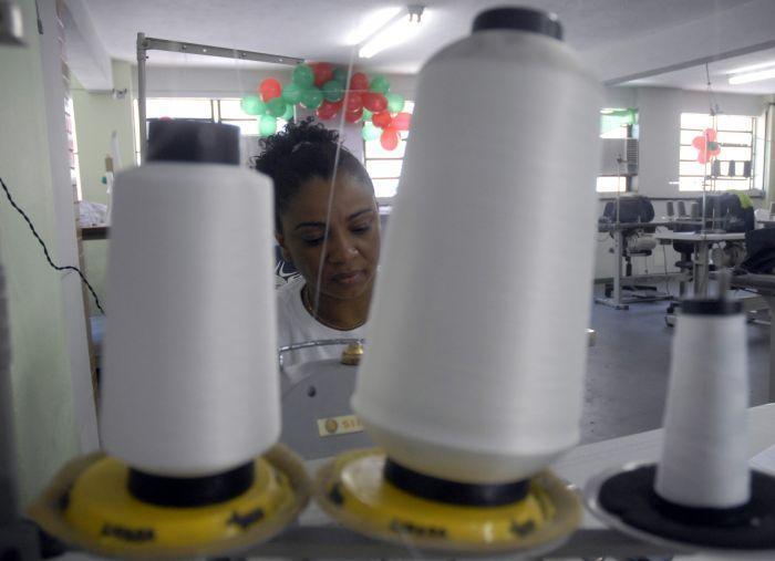 A detenta Viviane Cristina de Oliveira, 37 anos,cumpre pena em um presídio semiaberto em um presídio no Rio, onde trabalha como costureira - Agência Brasil