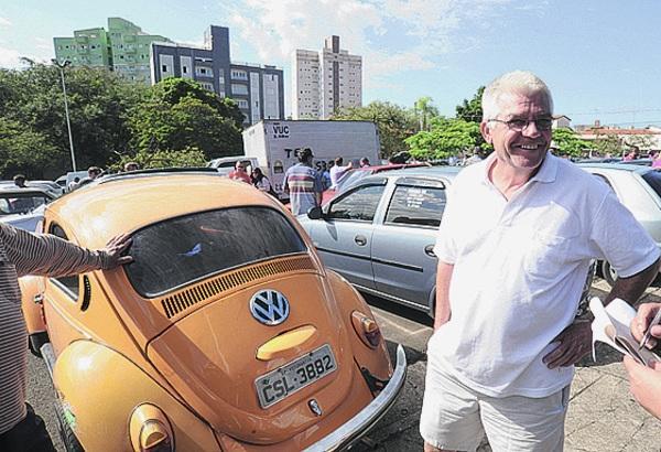 Valter Luiz Massukato está atrás de um Fusca - Fábio Rogério
