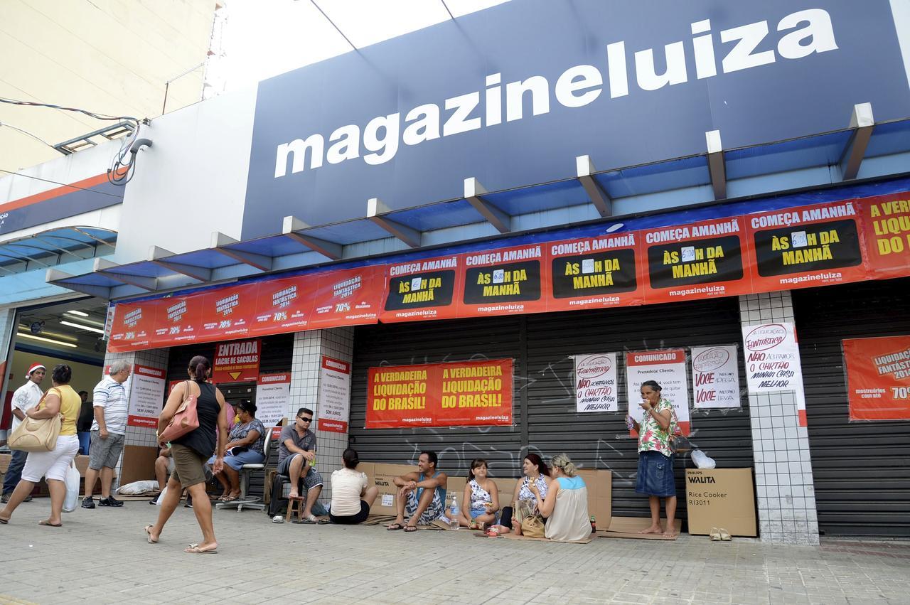 3530bff0139 Consumidores esperam abertura da loja para aproveitar promoção - Fábio  Rogério