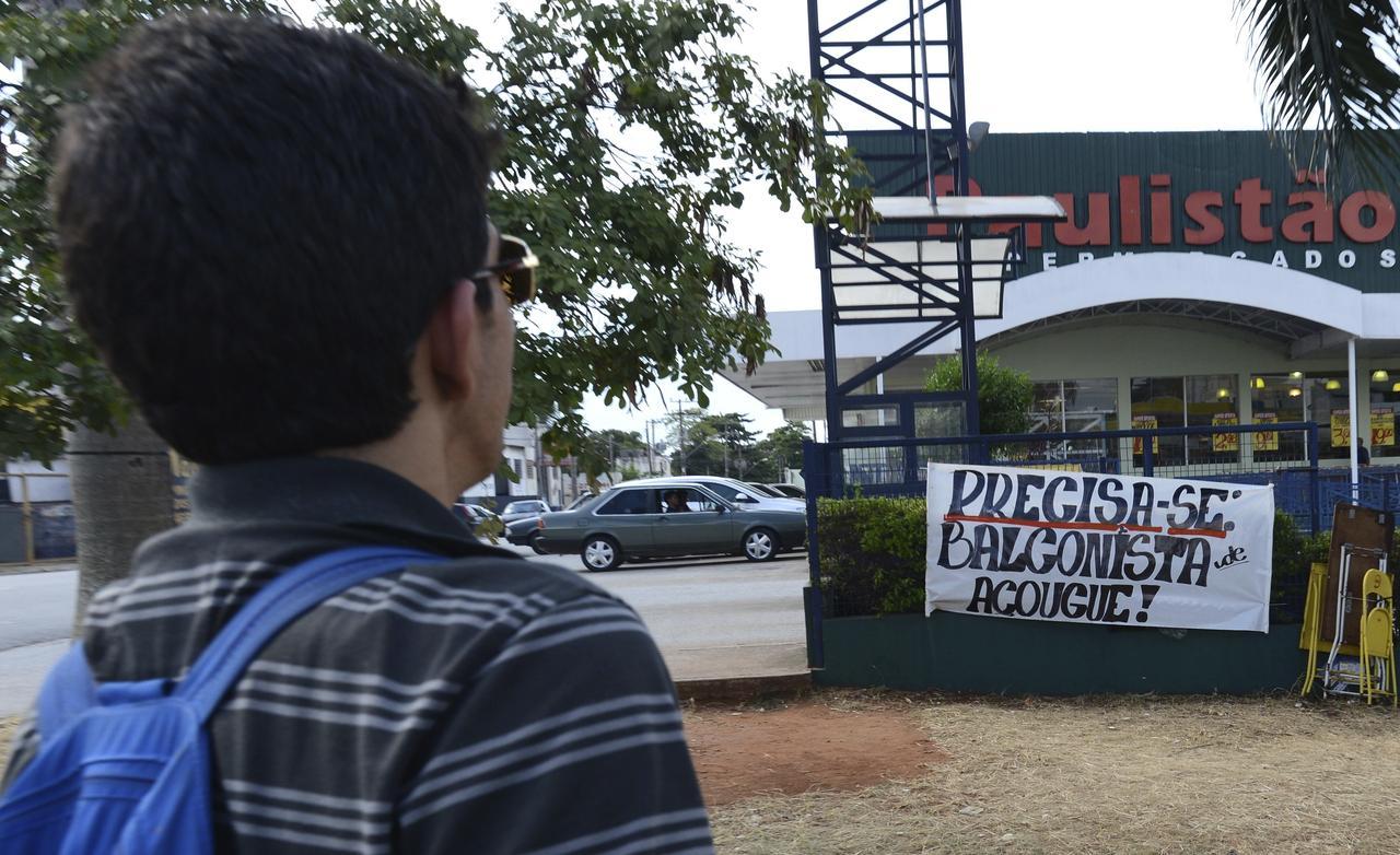    Supermercado na região do bairro Árvore Grande apelou às faixas para atrair candidatos às vagas disponíveis  - ALDO V. SILVA