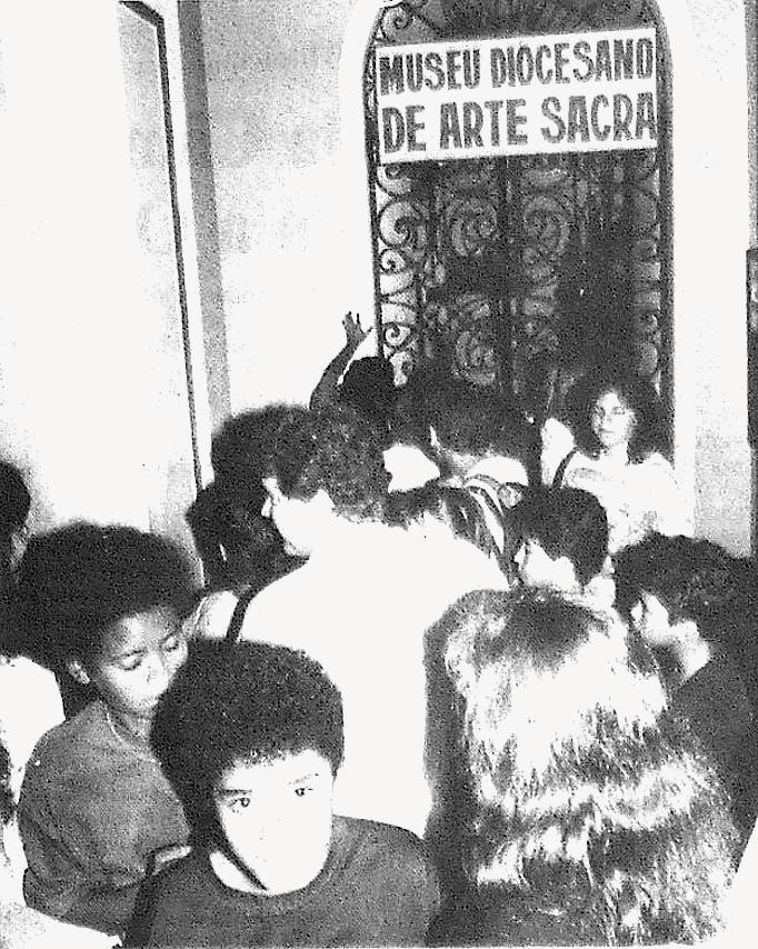 Foto publicada na edição de 10 de novembro de 1989 mostra multidão que foi até a Catedral para ver a boneca - ARQUIVO JCS