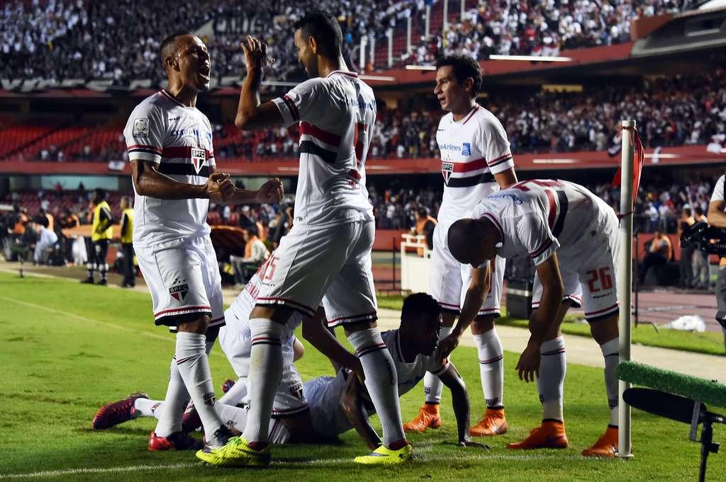 c97c095ded São Paulo bate o Corinthians por 2 a 0 e avança às oitavas da ...