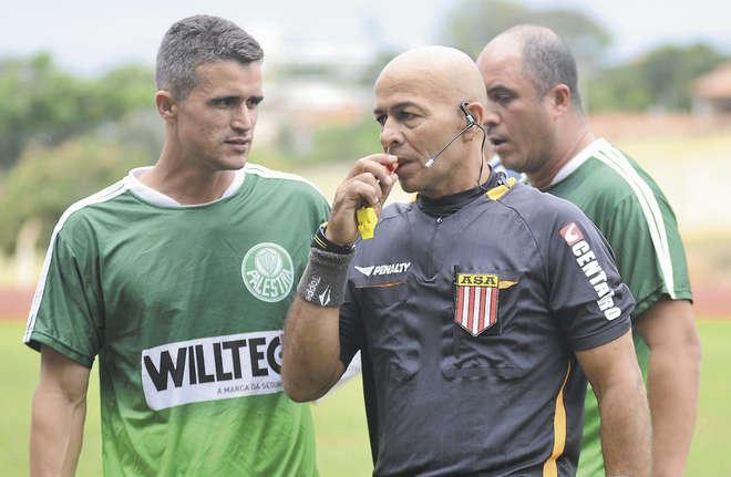 Por enquanto, os árbitros bancam os dispositivos por conta própria - ERICK PINHEIRO / ARQUIVO JCS (3/10/2015)