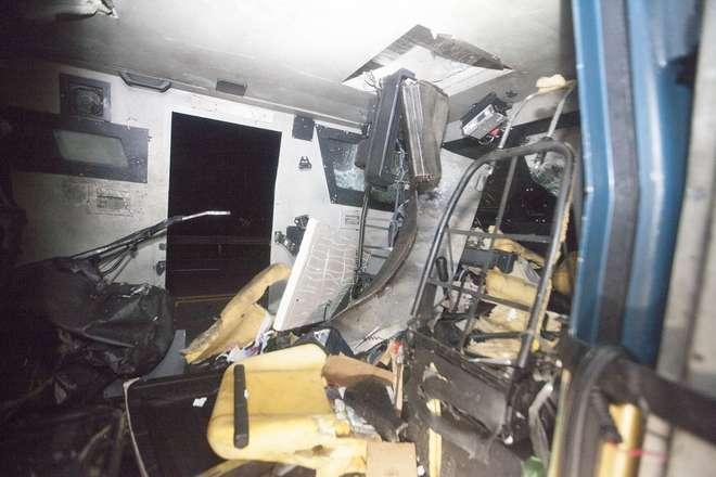 Um grupo com armas de grosso calibre, utilizando dois veículos, assaltou um carro forte nesta madrugada (11) - MARIO ANGELO/FOLHAPRESS