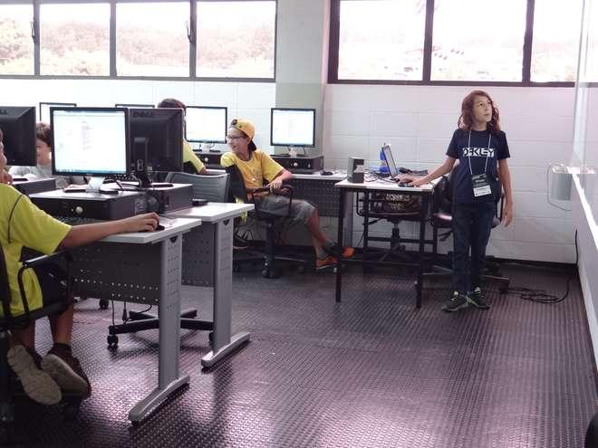 Matheus Barbosa adora dar aulas de informática para outras crianças - DIVULGAÇÃO / FACENS