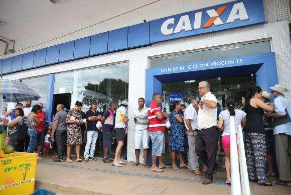 Pessoas enfrentam filas no primeiro dia de saque do FGTS de contas inativas - ANTONIO CRUZ / AGÊNCIA BRASIL