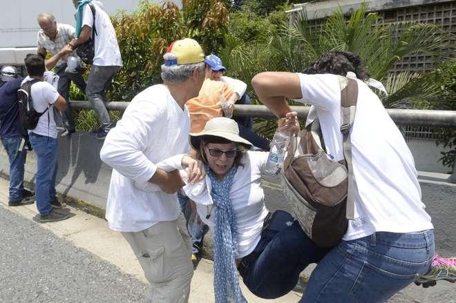"""Manifestantes vaiam e jogam objetos em Maduro após desfile militar"""""""