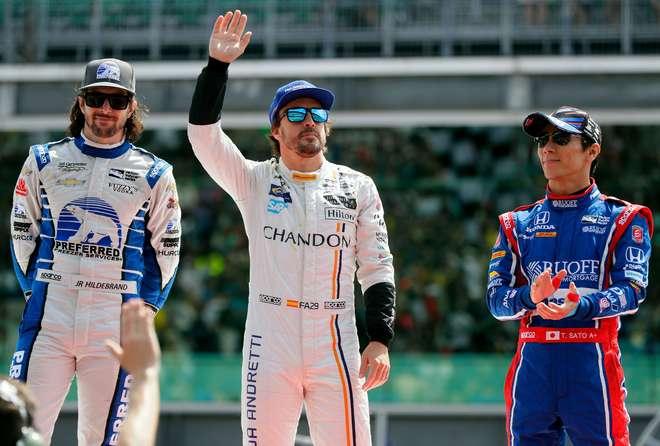 Piloto japonês Takuma Sato faz história, supera Castroneves e vence Indy 500