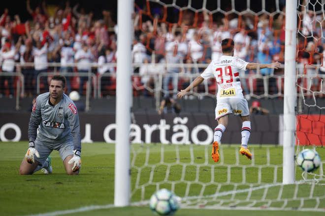 Resultado de imagem para Defesa falha, Atlético-MG aproveita e São Paulo perde a primeira em casa