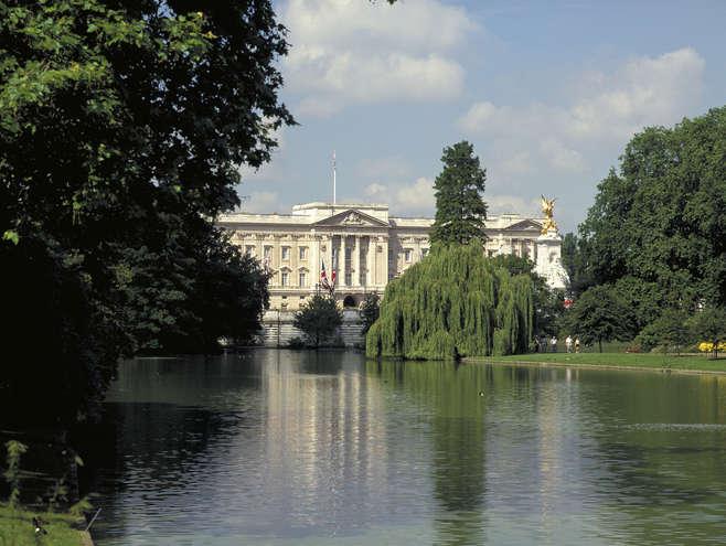 Homem ataca policiais com espada em frente ao Palácio de Buckingham