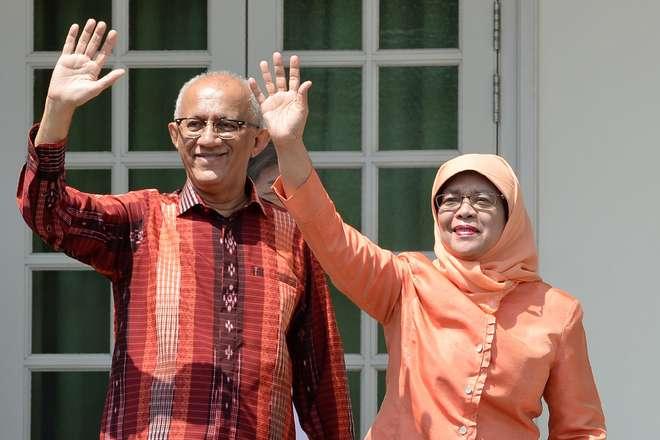 Em discurso em inglês e malaio, Halimah Yacob, acompanhada pelo seu marido e centenas de seguidores, pediu unidade - AFP