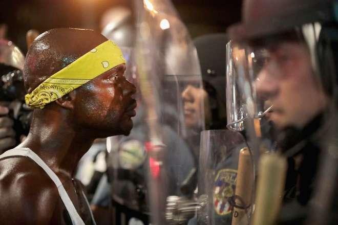 Protestos por absolvição de ex-polícia causa dez feridos