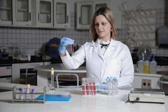 A médica Alessandra, autora da pesquisa, no Laboratório de Biociências - Paulo Ribeiro