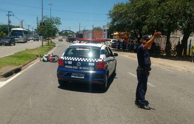 Guarda Civil Municipal orienta o trânsito no local do acidente - FÁBIO ROGÉRIO