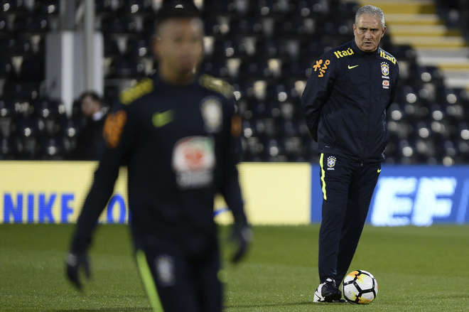 Tite observa jogadores do Brasil durante treino em Londres - PEDRO MARTINS / MOWA PRESS
