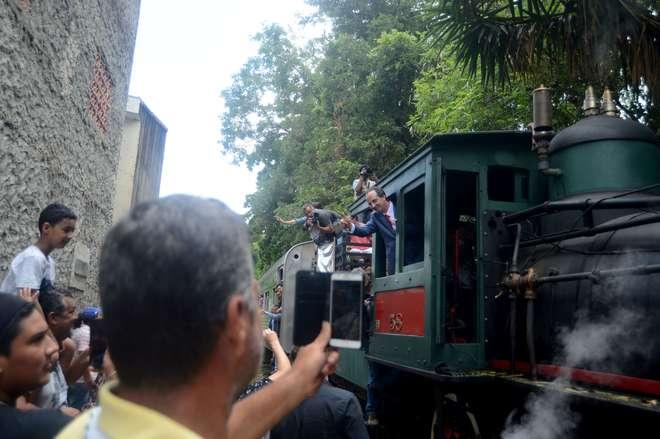 Prefeito de Votorantim, Fernando Oliveira, acena durante a passagem do trem - FÁBIO ROGÉRIO
