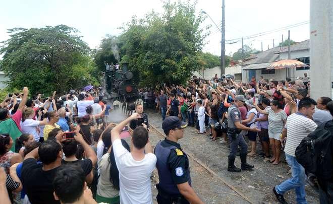 Chegada da Locomotiva 58 atraiu centenas em Votorantim - FÁBIO ROGÉRIO