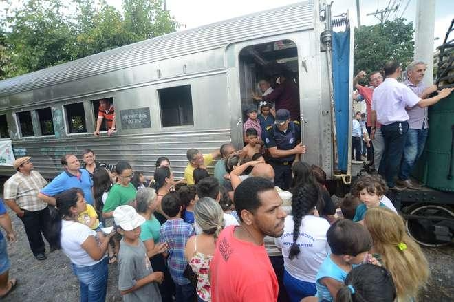 As pessoas fizeram fila para entrar no vagão - FÁBIO ROGÉRIO