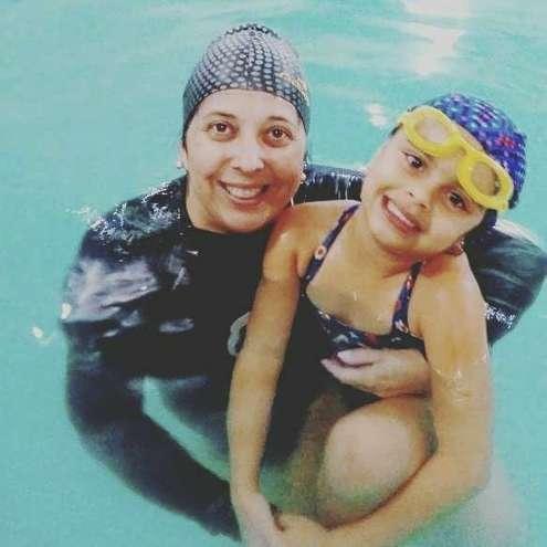 Aline dá aulas de natação e diz que medo atinge adultos e crianças - DIVULGAÇÃO