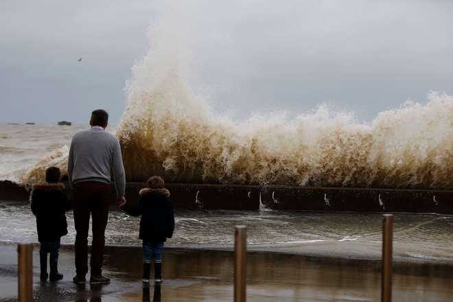 Tempestade Eleanor provoca onda de destruição na Europa