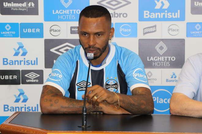 Zagueiro comete gafe no Grêmio e cita defesa do Inter em apresentação