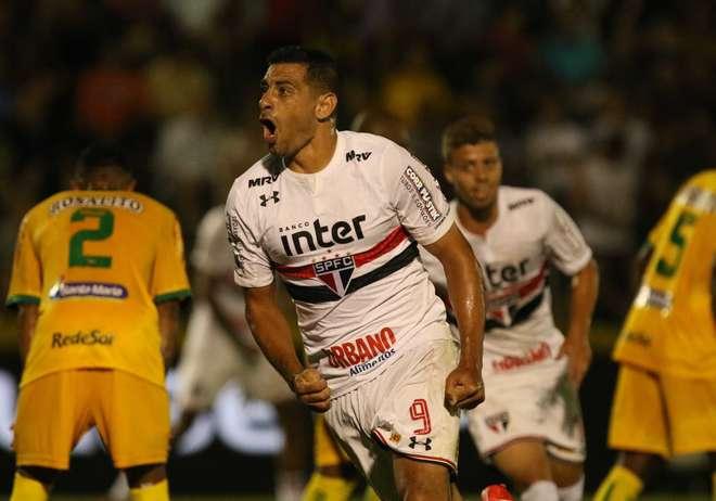 Diego Souza comemora seu primeiro gol pelo Tricolor - CELIO MESSIAS    FOLHAPRESS d8f781eca4f14
