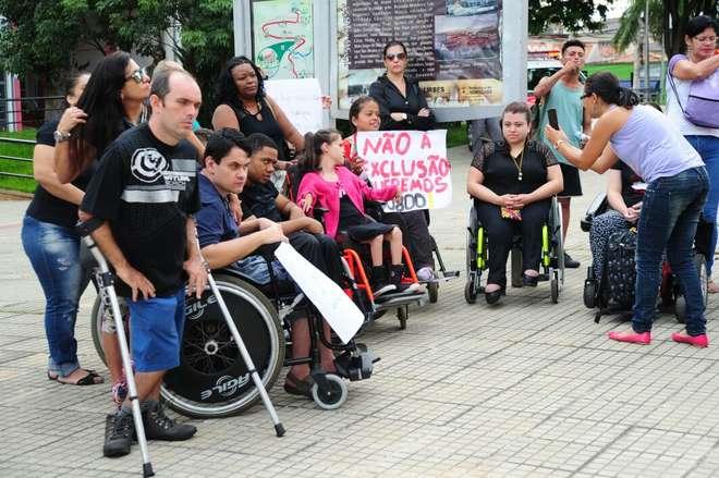 Os usuários protestam contra os novos critérios para o transporte especial - EMÍDIO MARQUES