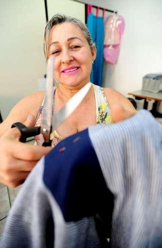 Fazer roupas sob medida se tornou o ofício de Irma há 19 anos - EMIDIO MARQUES