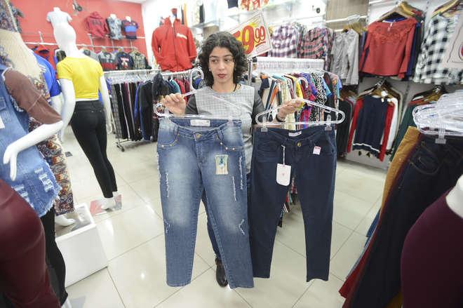 Katia diz que as maiores diferenças de tamanhos acontecem em relação a calças jeans - ERICK PINHEIRO