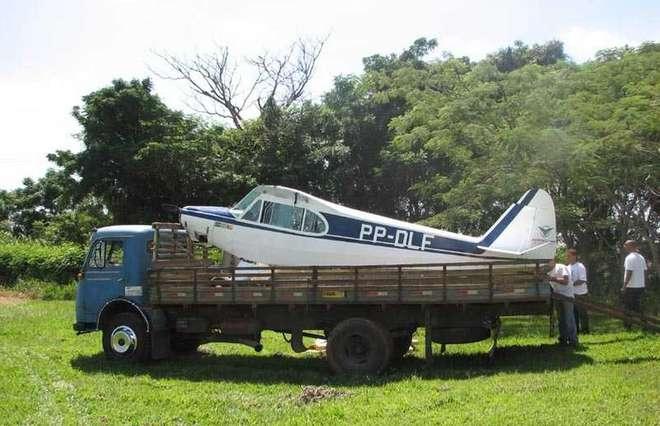 A aeronave de prefixo PP-DLF teve que ser rebocada após pouso de emergência em Salto - DIVULGAÇÃO