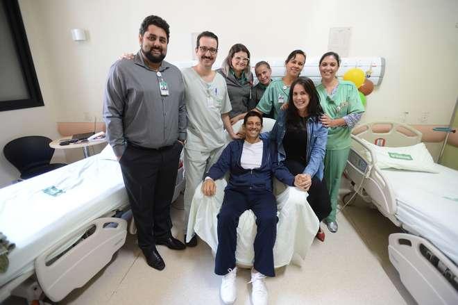Junto com a esposa, Tassiana; com o médico Renato Hidalgo (de óculos) e a equipe da Unimed, Daniel comemora o sucesso do transplante - ERICK PINHEIRO