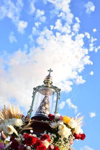 Fiéis levam a imagem da santa de volta para Aparecidinha - ADIVAL B. PINTO / ARQUIVO JCS (12/7/2014)