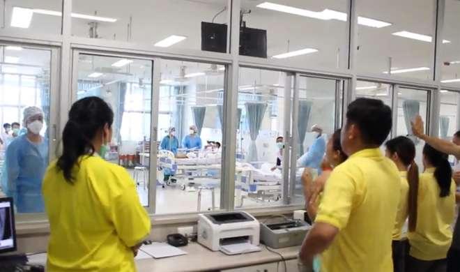 Familiares observam os jovens internados no hospital - AFP