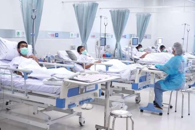Jovens resgatados são atendidos em hospital da Tailândia - AFP