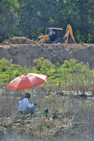 Retroescavadeira trabalhava ontem na remoção de terra  - EMÍDIO MARQUES