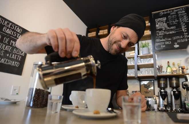 O barista André Ubaldo dá as dicas para quem quer se iniciar no saboroso e sedutor universo do café - ERICK PINHEIRO